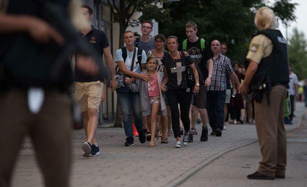 Müncheniläiset tarjoavat Twitterin välityksellä turvallisia paikkoja ihmisille, jotka eivät pääse koteihinsa.