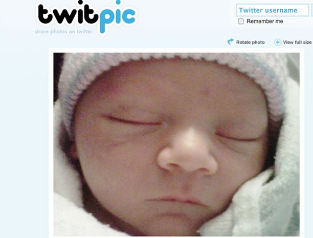 Onko hänessä isoisänsä näköä? Jim Carrey julkaisi tuoreen lapsenlapsensa kuvan Twitterissä.