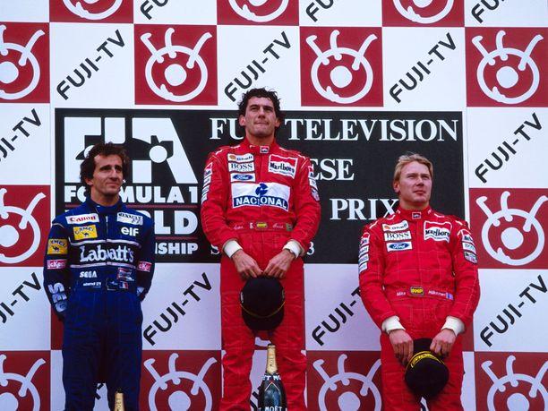 Ayrton Senna (kesk.) ja Mika Häkkinen (oik.) eivät olleet ylimpiä ystäviä. Kuva Japanin GP:stä vuodelta 1993, jossa Alain Prost sijoittui toiseksi.