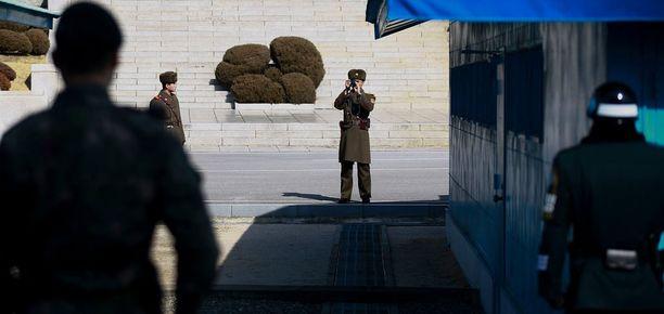 Pohjoiskorealaissotilas otti kuvia demilitarisoidulla vyöhykkeellä.