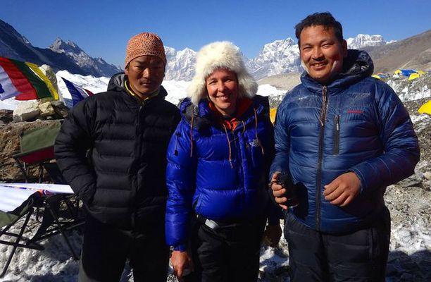 Onnettomuuden jälkeen oli Johanna sai olla tyytyväinen siitä, että hänen omat sherpansa Pasang ja Mingma saapuivat omin jaloin takaisin perusleiriin.