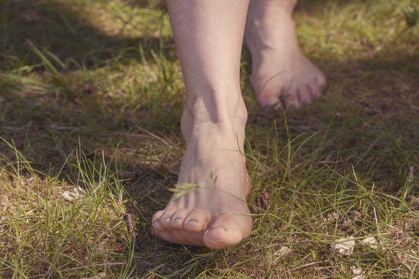 Tämä voisi olla ihanaa: paljain jaloin luonnossa!