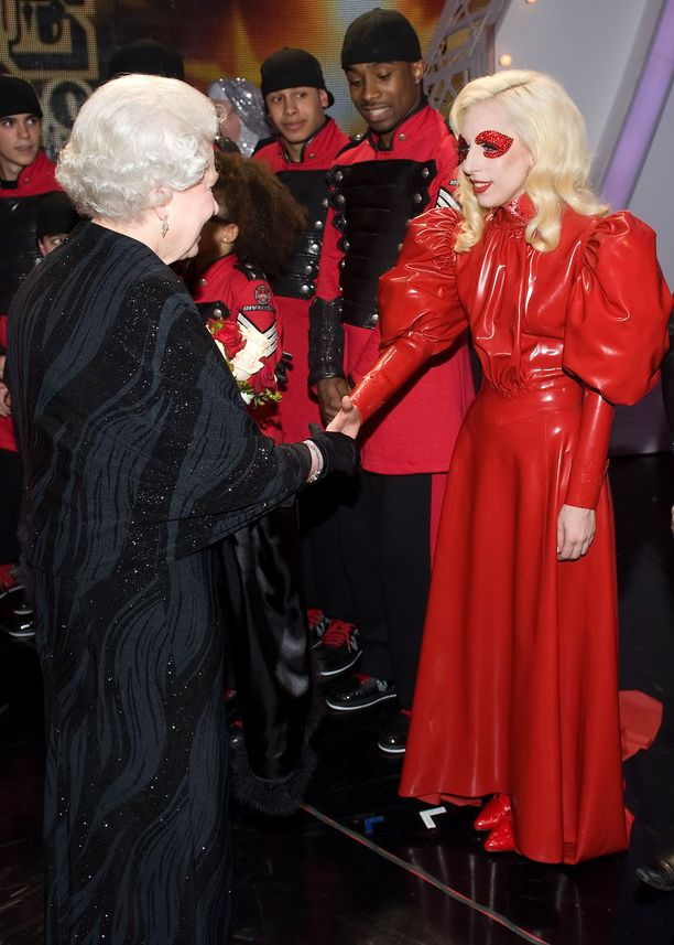 Laulaja-näyttelijä Lady Gaga pukeutuu niin kuin haluaa, myös tavatessaan kuningatar Elizabeth II:n vuonna 2009.