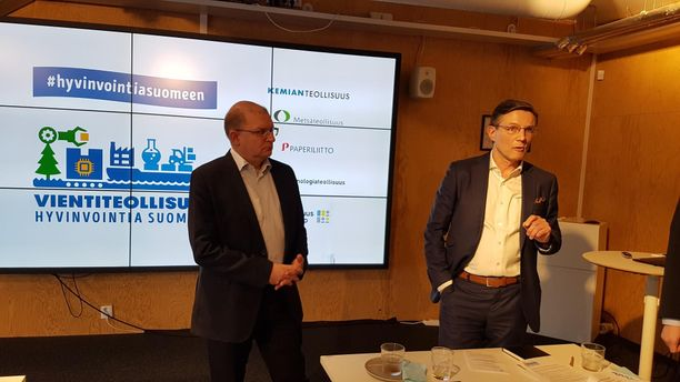 Teollisuusliiton puheenjohtaja Riku Aalto ja Teknologiateollisuus ry:n toimitusjohtaja Jaakko Hirvola teollisuusliittojen yhteisessä tiedotustilaisuudessa Helsingissä tiistaina.