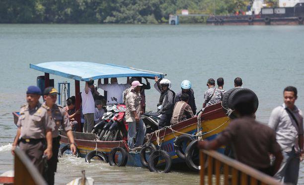 Indonesian viranomaiset kuljettivat huumerikoksista tuomitut australialaiset keskiviikkona saarelle, jossa heidät on määrä teloittaa.