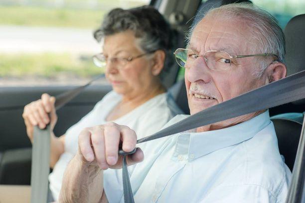 Vanha ihminen voi olla hyvä kuski, mutta liikenteessä onnettomuusriski kasvaa selkeästi 75 vuoden iän jälkeen.