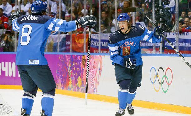 Teemu Selänne ja Mikael Granlund Leijonien sinisessä olympiapaidassa Sotshin olympialaisissa.