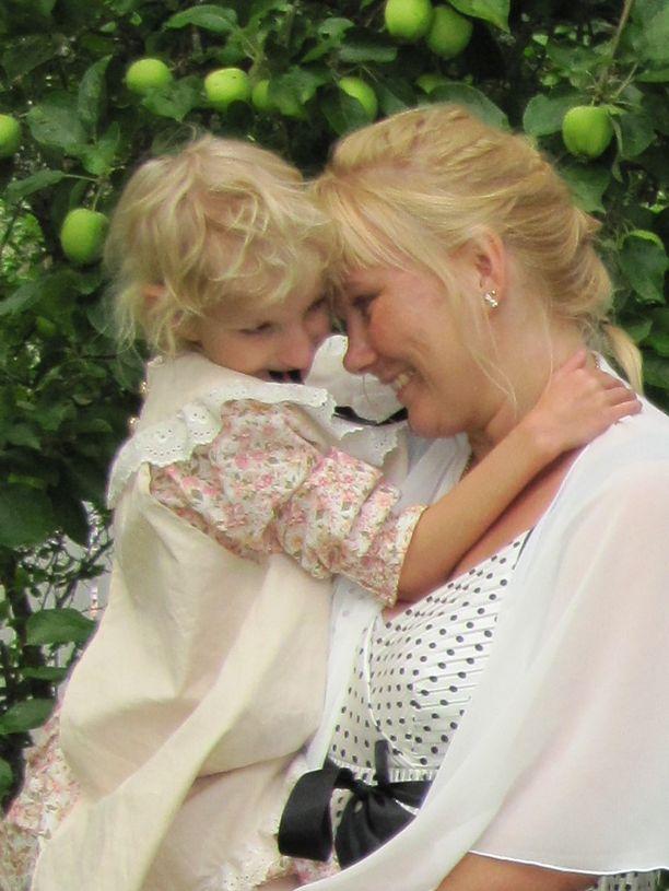 Riitta ja Sofia omenapuun alla.