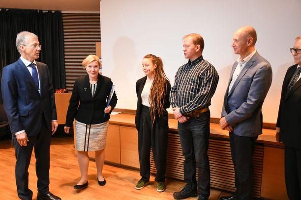 Sanni Laine (kesk.), Jukka Leppänen (toinen oik.) ja Jari Ärmänen (oik.) luovuttivat kaivoslain tiukentamista vaativan kansalaisaloitteen eduskunnan virkamiehille.