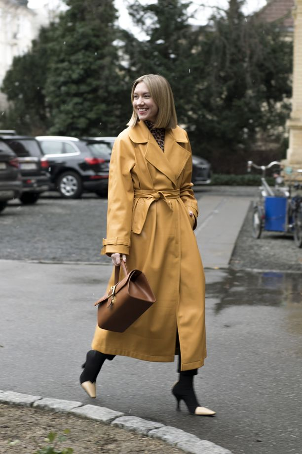 Malliesimerkki hyvin istuvan takin sekä tuoreeltaan leikatun polkan lumoavasta liitosta. Kengänkärkien yksityiskohta viimeistelee loppuun asti harkitun, mutta minimalistikseksi jätetyn lookin.