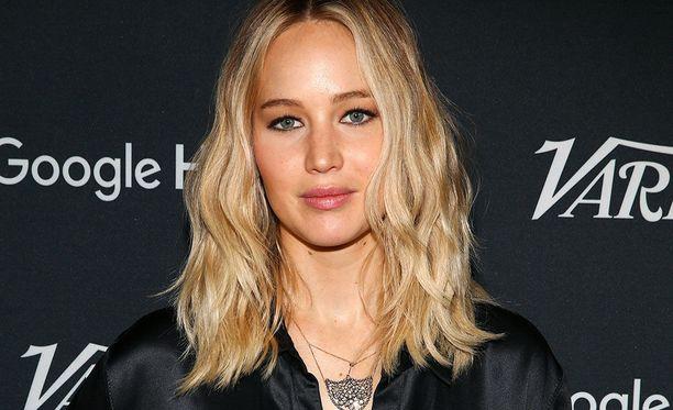 Jennifer Lawrence muisti ystäväänsä autolla.
