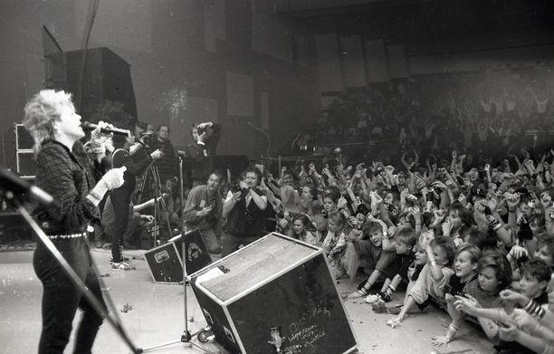 Dingo esiintymässä täydelle yleisölle suosionsa huipulla.