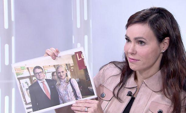 Erikoistoimittaja Susanne Päivärinta näytti Elina Lepomäelle kuvaa, jossa hän on aviomiehensä Jukan kanssa.