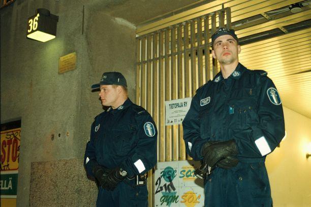 Konstaapelit vartioivat ampumaradan sisäänkäyntiä tiukasti, kun paikkatutkinta oli kesken.