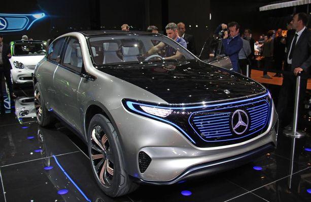 Sininen maski ja valkoinen tähti kertovat, että kyseessä on Mercedeksen sähköauto.