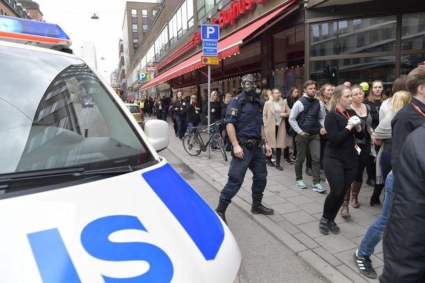Ainakin kolme on kuollut ja kahdeksan loukkaantunut tavaratalo Åhlensin luona, kun kuorma-auto ajoi väkijoukkoon Tukholman ydinkeskustassa Drottninggatanilla.