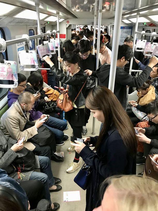 Shanghain metrossa on vaikea löytää yhtään ihmistä, joka ei olisi liimautunut älypuhelimen ruutuun.