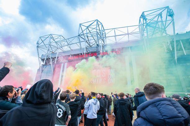 Mielenosoittajat tunkeutuivat Old Traffordin nurmelle asti.