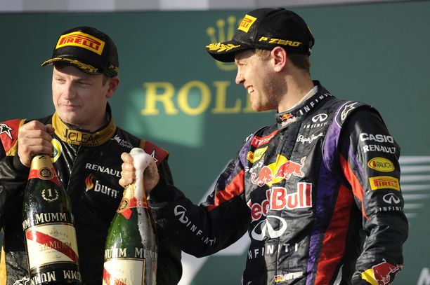 Kimi Räikkönen juhli toistaiseksi viimeisintä GP-voittoaan Melbournessa 2013. Red Bull -kuski Sebastian Vettel (oik.) onnitteli suomalaista.