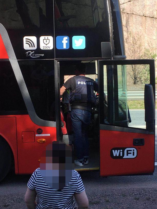 Poliisi jututti Onnibusin kuljettajaa Lohjalla. Bussi oli matkalla Turusta Helsinkiin.