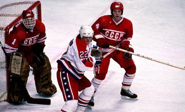 Sergei Mylnikov (vasemmalla) oli kautta aikain ensimmäinen NHL-maalivahti Neuvostoliitosta.