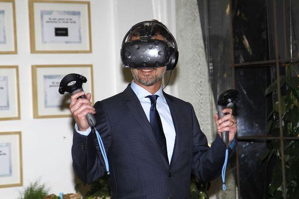 Prinssi intoutui kokeilemaan VR-laseja.