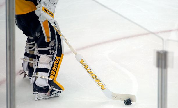 Pittsburghin maalivahti Matt Murray joutui siirtämään jäälle pudonneen kameran linssin.