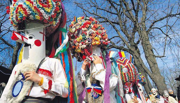 MOI MIMMIT! Romaniassa on vietetty jälleen perinteistä Dragobeten päivää, joka on jonkinlainen ikivanha ystävänpäivän vastine. Näin näyttävillä asuilla yrittivät äijät kääntää neitosten katseita, mutta ilmeisesti turhaan, sillä nuorison parissa päivän suosio on laskenut, koska pukeutumista tällaisiin tötsiin pidetään liian vaivalloisena.