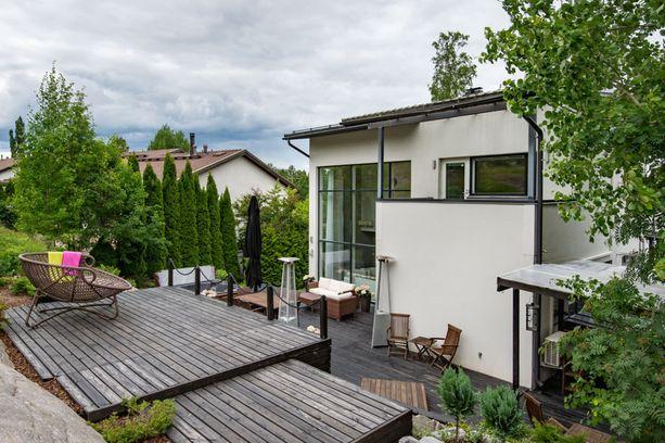 Espoossa sijaitsevan omakotitalon terassialueella saa olla täysin omassa rauhassa. Terassialue mukailee asunnon ympäristöä.