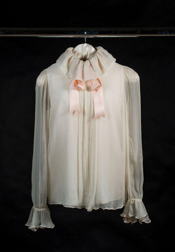 Nuori Lady Diana Spencer käytti hennon vaaleanpunaista rusettikauluspaitaa Vogue-lehden nousevia kaunottaria esittelevän jutun kuvauksissa. Lehti ilmestyi samana päivänä kun Dianan ja prinssi Charlesin kihlaus julkistettiin, ja puserosta tuli heti hitti. Elizabeth ja David Emanuelin suunnittelema vaate myytiin hetkessä loppuun. Sama pariskunta sai myöhemmin kunnian suunnitella myös prinsessan hääpuvun.