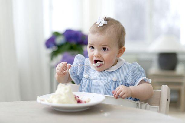 Estelle harjoitteli myös kakun lusikoimista.