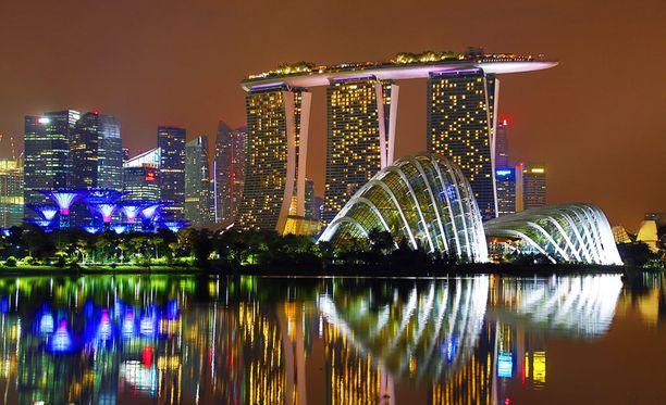 Toiminnanjohtaja vei henkilökunnan Singaporeen. Oikeus puntaroi ohjelmasisältöä.
