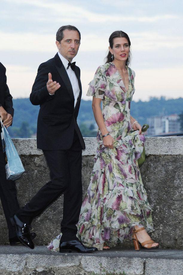 Charlotte oli valinnut ylleen kirjavan juhla-asun. Vierellä puoliso, koomikko ja näyttelijä Gad Elmaleh.