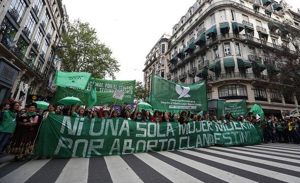 Aborttioikeuden kannattajat marssivat Buenos Airesissa viime syyskuussa.