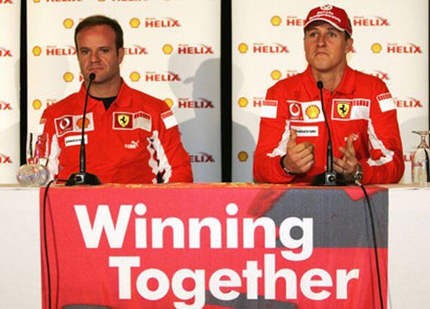 Rubens Barrichello (vas.) laukoo kovaa tekstiä ajastaan Michael Schumacherin tallikaverina Ferrarilla.