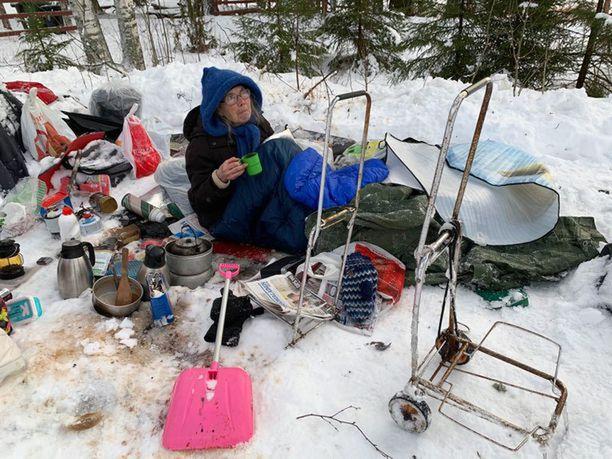 Leena Kiviharju Jämsän leirissään kuvattuna. Aiemmissa lehtihaastatteluissa hän on kertonut valitsevansa kulkureittinsä sattumanvaraisesti.