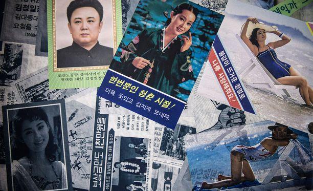 """Pohjois-Korean lähettämiä lentolehtisiä Etelä-Korean pohjoisimmassa kolkassa. Oikealla ylhäällä olevassa kuvassa lukee """"rakasta minua"""". Keskellä olevassa kuvassa sanotaan """"elät vain kerran""""."""
