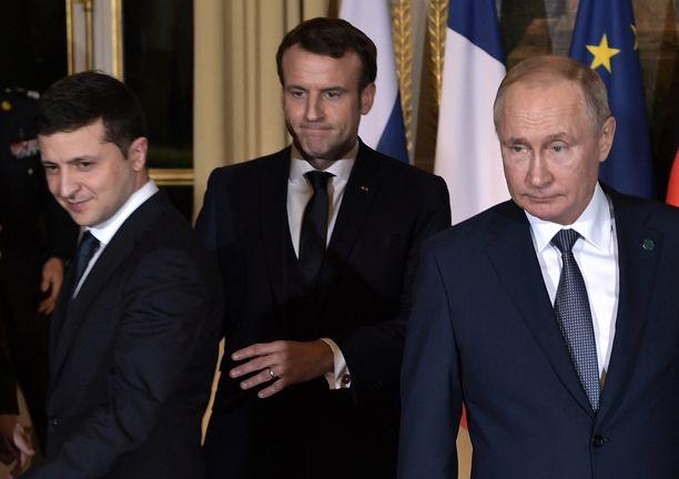 Ukrainan presidentti Volodymyr Zelenskyin ja Venäjän presidentti Vladimir Putinin tapaaminen Pariisissa venyi myöhään maanantai-iltaan. Kuvassa keskellä Ranskan presidentti Emmanuel Macron.