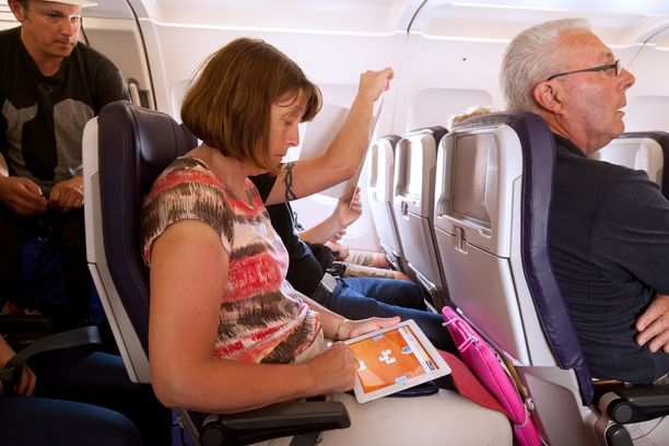 Matkustamossa on ahdasta. Uskaltaako ottaa vaikka tabletin esiin, vai riittääkö tila?