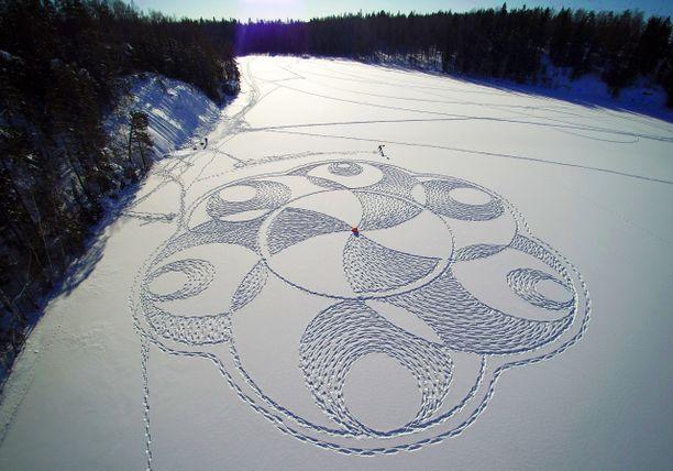 Espoolainen Janne Pyykkö on tehnyt lumipiirroksensa useimmiten läheisen Nuuksion järvien jäille. Tämä työ syntyi Velskolan Pitkäjärvelle.