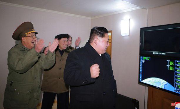 Kim Jong-un riemuitsee kenraaliensa kanssa onnistuneesta ohjuslaukaisusta viime viikolla.