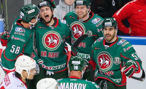 Justin Azevedo (oikealla) ampui voittomaalin Kazanille. Arkistokuva.