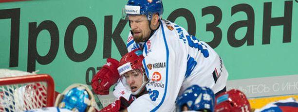 Jere Karalahti yrittää pitää venäläisiä aisoissa.