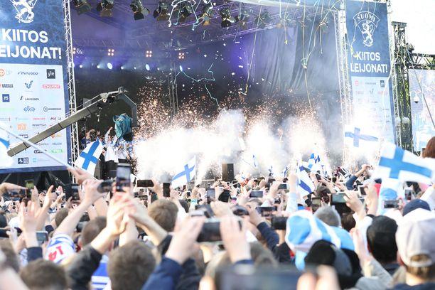 Maanantain kultajuhlinta huipentui Helsingissä Kaisaniemen puistossa, kun kiekkoilijat saapuivat lavalle hieman iltakahdeksan jälkeen.