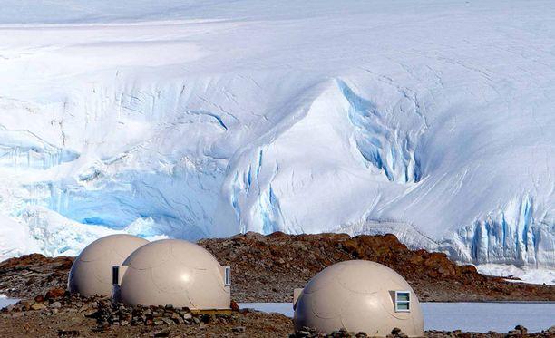 Majoituskupolit sijaitsevat erilään toisistaan jääseinien ja järven vieressä.
