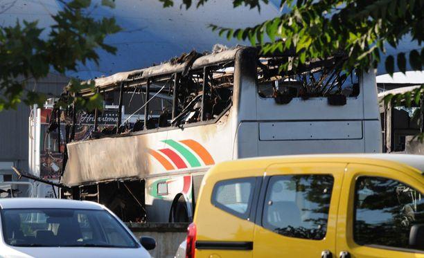 Pahoin palanut bussi räjähdyksen jälkeen.