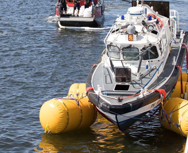 Viranomaiset nostivat turmaveneen merestä muutaman päivän kuluttua onnettomuudesta.