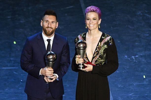Lionel Messi ja Megan Rapinoe esittelivät pystejään Fifan gaalassa syyskuussa.