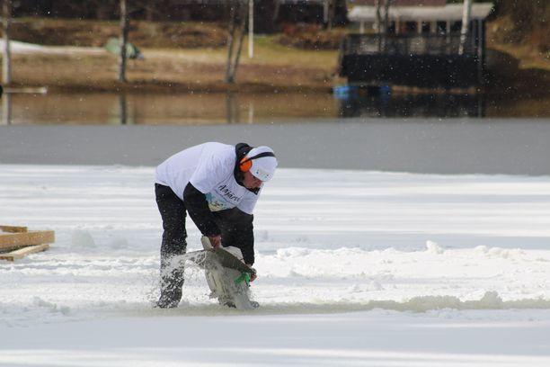 Alajärven kaupunginjohtaja Vesa Koivunen sahasi lauttaa irti jäästä.