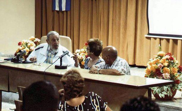 Valtiollisen television mukaan Castro keskusteli juustonvalmistajien kanssa yli neljä tuntia.
